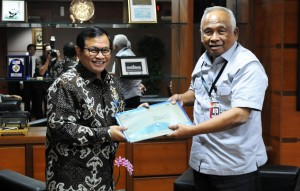 Seskab Pramono Anung menyerahkan LHKPN kepada Ketua KPK Taufikurahman Ruki, di Gedung KPK, Jakarta, Senin (28/9)