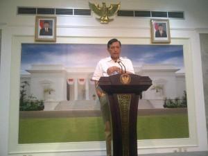 Menko Polhukam Luhut B. Pandjaitan memberikan keterangan pers, di kantor Kepresidenan, Jakarta, Senin (21/9) sore