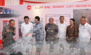 Presiden Jokowi didampingi Gubernur DKI Jakarta dan sejumlah menteri menyaksikan maket pembangunan LRT, saat groundbreaking di Jakarta Timur, Rabu (9/9)