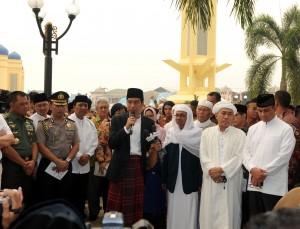Presiden Jokowi memberikan sambutan seusai menyerahkan korban sapi di Masjid, Martapura, Kalsel, Kamis (24/9)