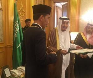 Raja Saudi Salman memberikan penghargaan King Abdulaziz Medal kepada Presiden Jokowi, di Jeddah, Sabtu (12/9)