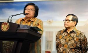 Menteri Lingkungan Hidup dan Kehutanan Siti Nurbaya disampingi Seskab Pramono Anung menyampaikan deregulasi sektor kehutanan, di kantor Kepresidenan, Jakarta, Selasa (29/9) sore
