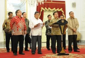 Ketua OJK Muliaman Hadad saat mengumumkan dibolehkannya orang asing membuka rekening bank di Indonesia, di Istana Merdeka, Jakarta, Rabu (9/9) petang