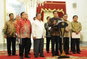 Presiden Jokowi didampingi sejumlah Gubernur BI, Ketua OJK, dan sejumlah menteri mengumumkan Paket Kebijakan I September 2015, di Istana Merdeka, Jakarta, Rabu (9/9) petang