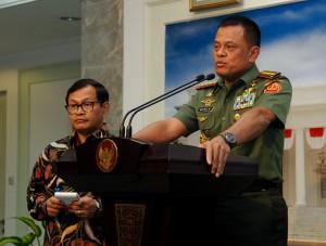 Panglima TNI Jenderal Gatot Nurmantyo didampingi Seskab Pramono Anung menyampaikan keterangan pers, di kantor Kepresidenan, Jakarta, Selasa (8/9) siang