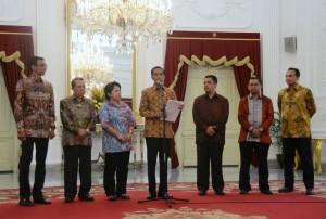 Presiden Jokowi didampingi anggota Pansel mengumumkan 7 nama calon anggota KY 2015-2020, di Istana Merdeka, Jakarta, Kamis (3/9)