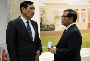Sekretaris Kabinet Pramono Anung berbincang dengan Menko Polhukam Luhut B. Pandjaitan, di kantor Kepresidenan, Jakarta, Rabu (2/9)
