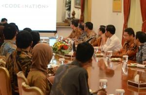 Presiden Jokowi didampingi sejumlah menteri menerima para pemenang Hackathon, di Istana Merdeka, Jakarta, Selasa (22/9)