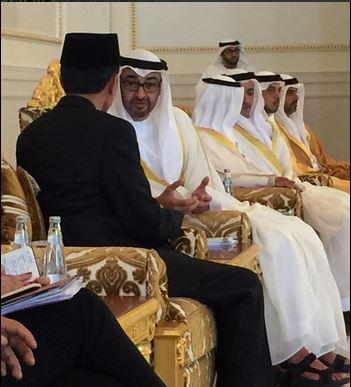 Presiden Jokowi berbincang dengan Putra Mahkota UEA, Mohammed bin Zayed al , saat tiba di Bandara Internasional Abu Dhabi, UEA, Minggu (13/9) siang