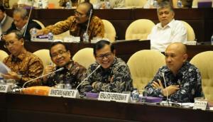 Seskab Pramono Anung diapit Mensesneg Pratikno dan Kepala Staf Presiden Teten Masduki saat rapat dengar pendapat dengan Komisi II DPR, di Jakarta, Senin (21/9) malam