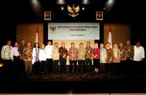 Sekretaris Kabinet Pramono Anung berfoto bersama peserta Rakor Staf Ahli K/L Bidang Perekonomian, di Gedung III Kemensetneg, Jakarta, Selasa (1/9)