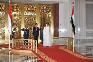 Presiden Jokowi mengikuti upacara penyambutan kenegaraan oleh Kerajaan UEA, di Abu Dhabi, UEA, Minggu (13/9)