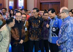 Presiden Jokowi berbincang santai dengan sejumlah direksi perbankan usai membuka Indonesia Banking Expo 2015, di JCC Jakarta, Rabu (9/9) siang