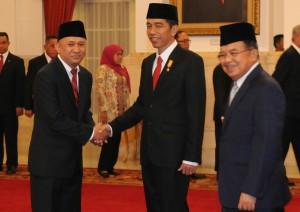 Presiden Jokowi didampingi Wakil Presiden Jusuf Kalla menyampaikan ucapan selamat kepada Teten Masduki, yang baru dilantiknya sebagai Kepala Staf Kepresidenan, di Istana Negara, Jakarta, Rabu (2/9) pagi