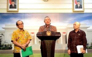 Dirut PT Semen Gresik Suparni didampingi Ketua ASI Widodo Santosa dan Kepala Staf Presiden Teten Masduki menyampaikan keterangan pers, di Istana Merdeka, Jakarta, Senin (28/9)