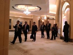 Menlu Retno Marsudi didampingi Seskab Pramono Anung berjalan menuju tempat Temu Bisnis, di Abu Dhabi, UEA, Minggu (13/9)