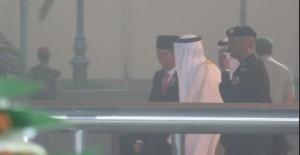 Presiden Jokowi berbincang dengan Raja Arab Saudi Pangeran Salma Al Saud, yang menyambutnya saat tiba di Jeddah, Arab Saudi, Jumat (11/9) malam. (Foto: detik.com)