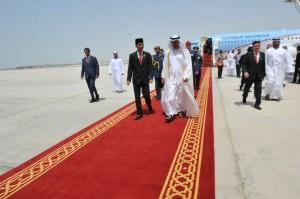 Presiden Jokowi disambut Putra Mahkota UEA, saat tiba di Bandara Internasional Abu Dhabi, UEA, MInggu (13/9)