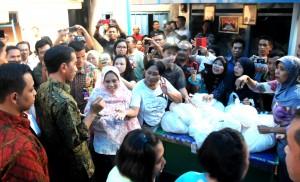 Presiden Jokowi disambut antusias warga saat berkunjung ke Kel. Manggarai, Kec. Tebet, Jakarta Selatan, Kamis (10/9) sore