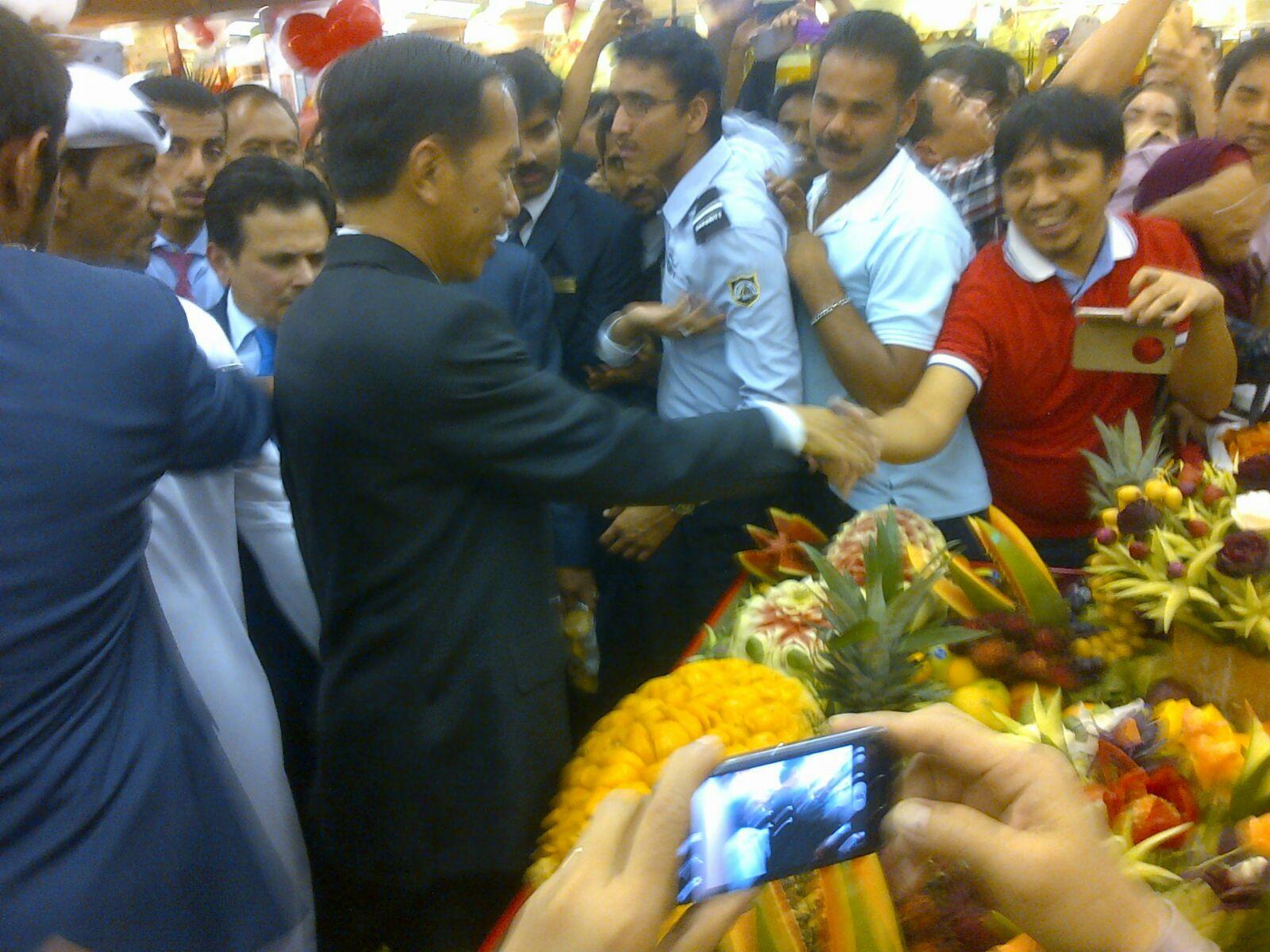 Presiden Jokowi disambut antusias WNI saat berkunjung ke Lulu Hypermart, Abu Dhabi, UEA, Minggu (13/9)