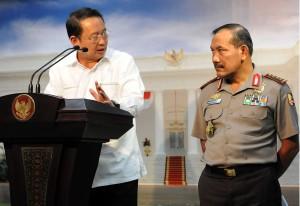 Kepala BNPB Willem Pangkahila didampingi Kapolri Jenderal Badrodin Haiti menyampaikan keterangan pers hasil rapat terbatas, di kantor Kepresidenan, Jakarta, Rabu (16/9) petang