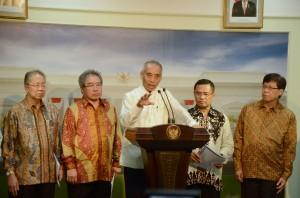 Ketua AISI Gunadi Sindhuwisata didampingi Menperin Saleh Husin dan pengurus GAIKINDO memberikan keterangan pers, di Istana Merdeka, Jakarta, Selasa (13/10)