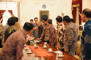 Presiden Jokowi didampingi Kepala Staf Presiden Teten Masduki menerima pengurus APERLINDO dan APPI, di Istana Merdeka, Jakarta, Senin (12/10)