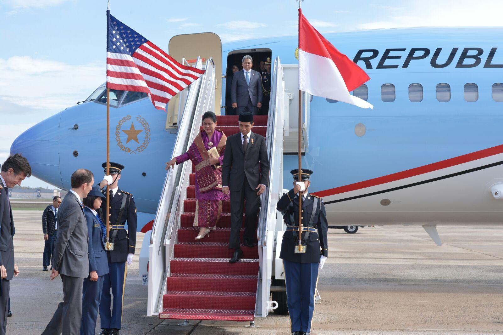 Presiden Jokowi didampingi Ibu Negara Iriana tiba di Pangkalan Militer Andrews, Amerika Serikat (AS), Minggu (25/10) sekitar pukul 12.30 Waktu Setempat. (Foto: Laily/Setpres)