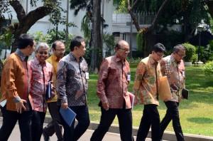 Pengurus ASI dan APPI berjalan menuju Istana Merdeka, Jakarta, Kamis (15/10) untuk menghadap Presiden Jokowi