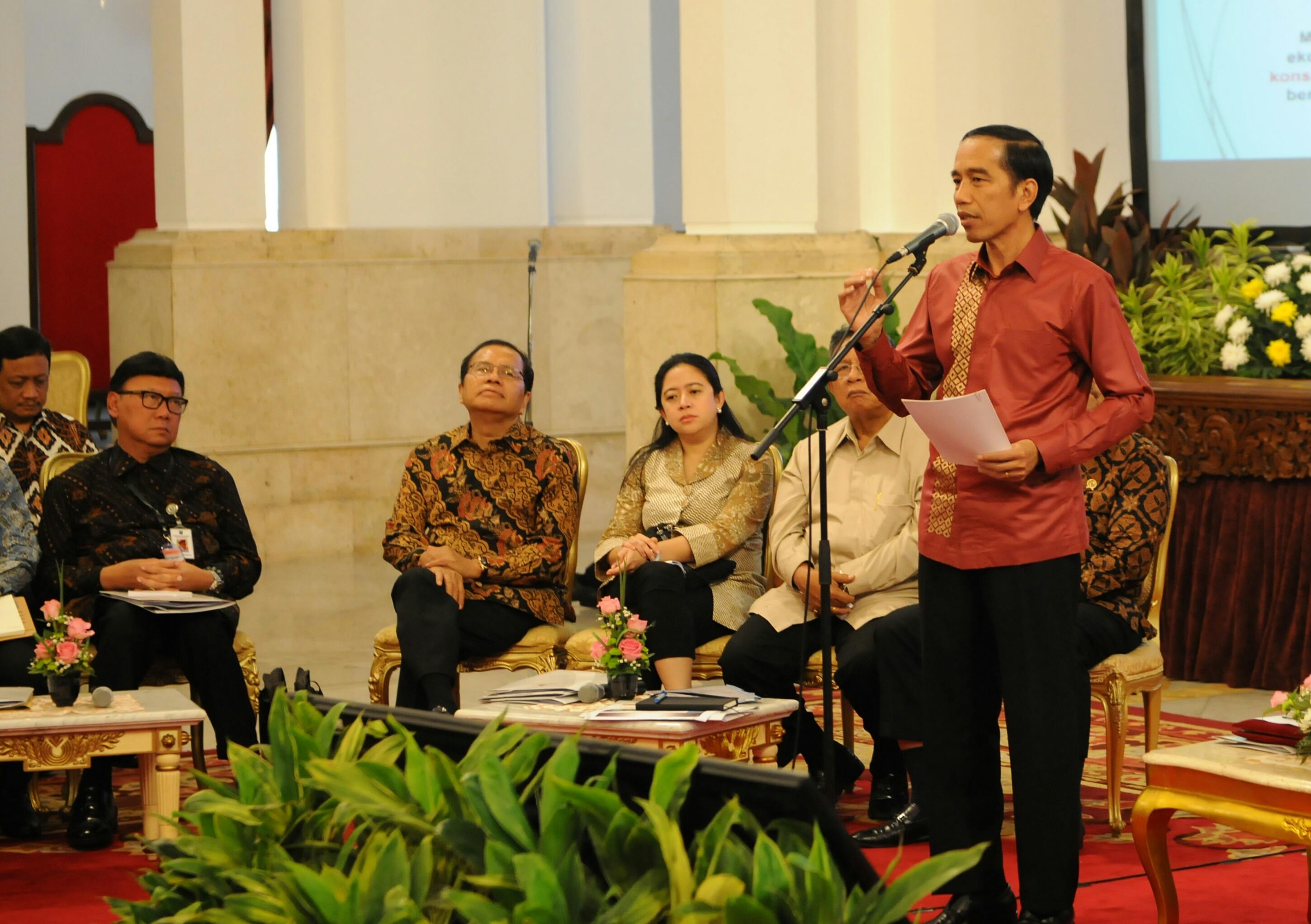 Presiden Jokowi memberikan arahan pada rapat dengan Gubernur, Bupati/Walikota, di Istana Negara, Jakarta, Rabu (21/10)