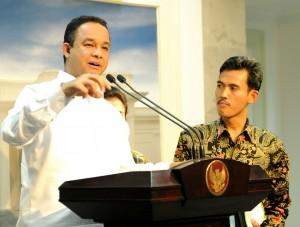 Mendikbud Anies Baswedan didampingi Ketua KPAI Asrorun Ni'am memberikan keterangan pers, di kantor Presiden, Jakarta, Selasa (20/10) petang