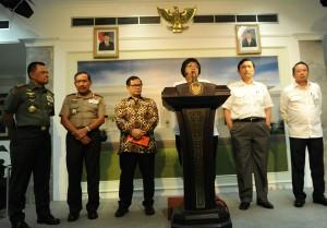 Menteri LHK Siti Nurbaya didampingi Menko Polhukam, Seskab, Kapolri, Panglima TNI, dan Kepala BNPB menyampaikan keterangan pers terkait hasil rapat terbatas penanggulangan bencana kabut asap, di kantor Presiden, Jakarta, Selasa (20/10) malam
