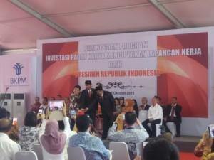 Presiden Jokowi didampingi Kepala BKPM dan Gubernur Banten meluncurkan 16 investasi padat karya, di Balaraja, Tangerang, Banten, Senin (5/10) siang