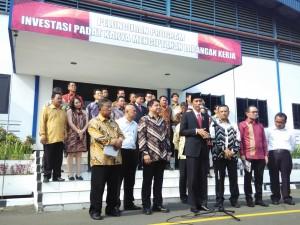 Presiden Jokowi didampingi sejumlah menteri menyampaikan keterangan pers, seusai meluncurkan program Investasi Padat Karya, di Balaraja, Tangerang, Banten, Senin (5/10) siang