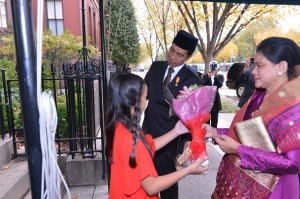 Presiden Jokowi dan Ibu Negara Iriana mendapat seikat bunga dari seorang bocah Indonesia, Minggu (25/10), saat memasuki Blair House, tempatnya menginap selama di Washington DC.