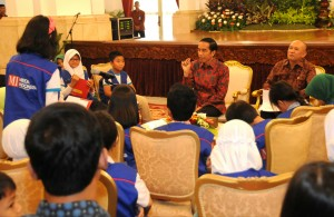 Presiden Jokowi didampingi Kepala Staf Presiden Teten Masduki menerima 50 wartawan cilik, di Istana Negara, Jakarta, Selasa (20/10)