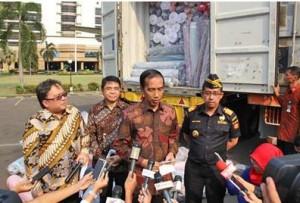 Presiden Jokowi menjawab wartawan di sela-sela memantau penangkapan impor tekstil ilegal, di kantor Ditjen Bea Cukai, Jakarta, Jumat (16/10) siang