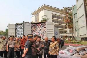Presiden Jokowi menyaksikan hasil tangkapan impor ilegal yang dilakukan Dirjen Bea Cukai, di Jakarta, Jumat (16/10)