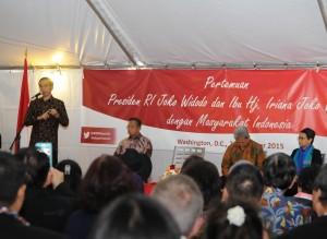 Presiden Jokowi saat berdialog dengan masyarakat Indonesia di AS, di Wisma Tilden, Washington DC, Minggu (25/10) malam