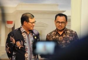 Menteri ESDM Sudirman Said didampingi Seskab Pramono Anung saat memberikan penjelasan harga baru energi, di kantor Kepresidenan, Jakarta, Rabu (7/10)