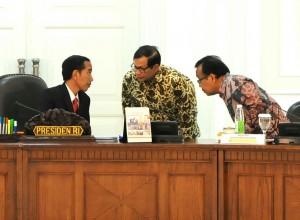 Presiden Jokowi berdiskusi dengan Seskab Pramono Anung dan Mensesneg Pratikno, sebelum memimpin ratas tentang KUR, di kantor Kepresidenan, Jakarta, Senin (5/10)