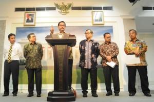 Menteri Agraria dan Tata Ruang/Kepala BPN Ferry M. Baldan menyampaikan keterangan pers terkait deregulasi izin pertanahan, di kantor Kepresidenan, Jakarta, Rabu (7/10) petang