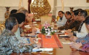 Presiden Jokwi didampingi Menperin Saleh Husin menerima pengurus GAIKINDO dan AISI, di Istana Merdeka, Jakarta, Selasa (13/10)