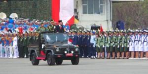 Presiden Jokowi melakukan inspeksi pasukan pada upacara HUT ke-70 TNI, di Cilegon, Bantun, Senin (5/10) pagi