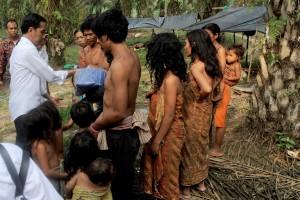 Presiden Jokowi berbincang dengan Suku Anak Dalam, di Kab. Sarolangun, Jambi, Jumat (30/10). (Foto: Rusman/Setpres)