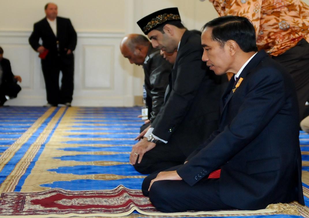 Presiden Jokowi menyempatkan diri salat di Masjid IMAAM (Indonesian Muslim Association in America) Center di 9100 Georgia Avenue, Silver Spring, Maryland, Amerika Serikat (AS), Sekasa (27/10).