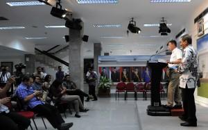 Menhub Ignasius Jonan didampingi Menpar Arief Yahya memberi keterangan pers, di kantor Kepresidenan, Jakarta, Kamis (15/10) sore