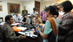 Seskab Pramono Anung menjawab wartawan di ruang kerjanya, Jakarta, Jumat (9/10)