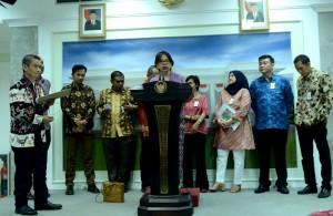 Para aktivis lingkungan memberikan keterangan pers seusai diterima oleh Presiden Jokowi, di kantor Kepresidenan, Jakarta, Jumat (23/10)