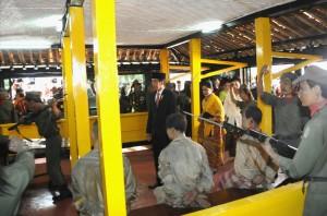 Presiden Jokowi didampingi Ibu Negeri Iriana meninjau tempat penyikasan korban G30S/PKI, di Lubang Buaya, Jakarta, Kamis (1/10) pagi, seusai memimpin upacara Peringatan Hari Kesaktian Pancasila